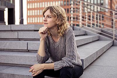 Junge Frau mit der Hand am Kinn - p788m1465665 von Lisa Krechting