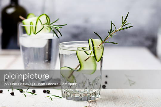 Gin Tonic with rosemary and cucumber - p300m2081230 by Susan Brooks-Dammann