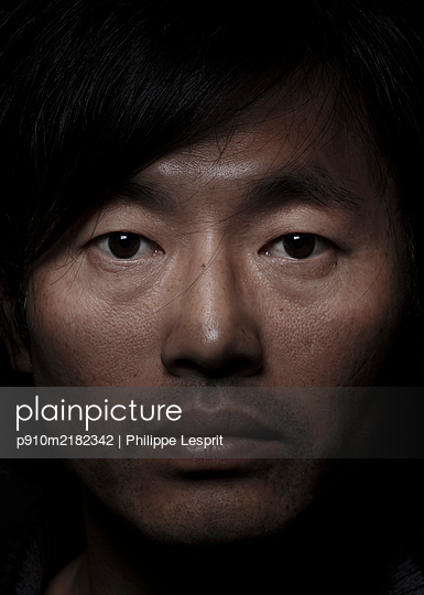 Asian man, portrait - p910m2182342 by Philippe Lesprit
