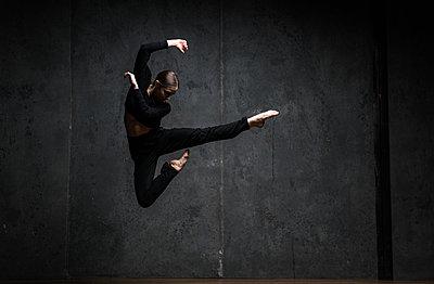 Ballerina jumping - p1139m2027760 by Julien Benhamou
