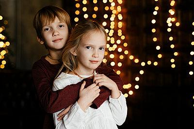 Portrait of siblings at Christmas time - p300m2154887 by Ekaterina Yakunina