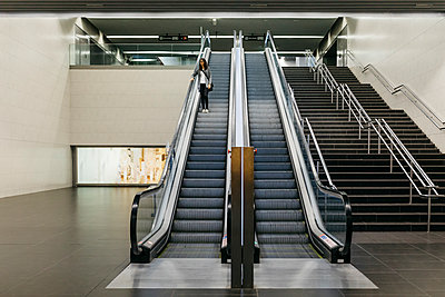 Businesswoman standing on escalator of a subway station - p300m2155375 by Josep Rovirosa