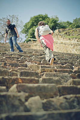 Tourist couple on a pyramide - p567m667454 by Benjamin Colombel