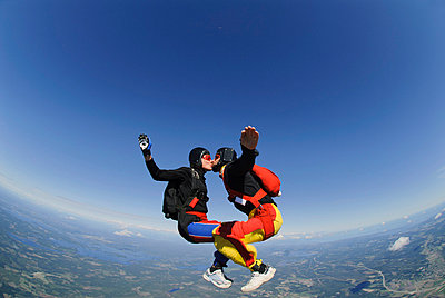 Parachuting couple kissing - p575m664034 by Hans Berggren