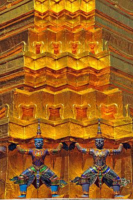 Goldener Chedi vor dem Pantheon (Wat Phra Kaeo) im Königspalast - p9793502 von Allgoewer