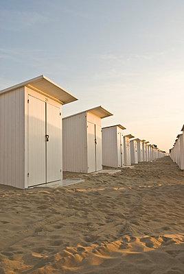 Badekabinen am Strand in Ostende - p982m658503 von Thomas Herrmann