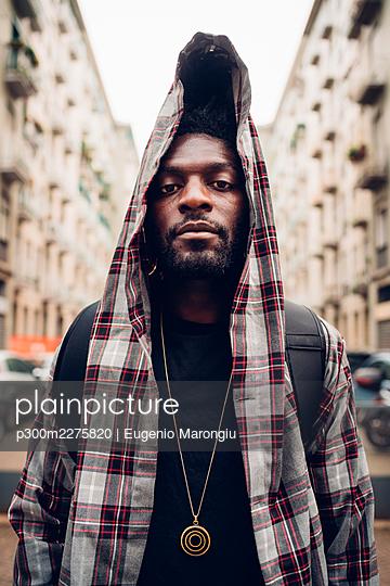 Black man posing outdoor in the city - Downtown, Milan, Lombardy, Italy - stylish, attitude, confidence concept - p300m2275820 von Eugenio Marongiu