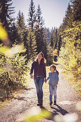 Mother hiking with daughter in the mountains - p300m2166708 by Studio 27