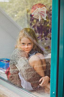 Hinter der Fensterscheibe - p904m1481135 von Stefanie Päffgen