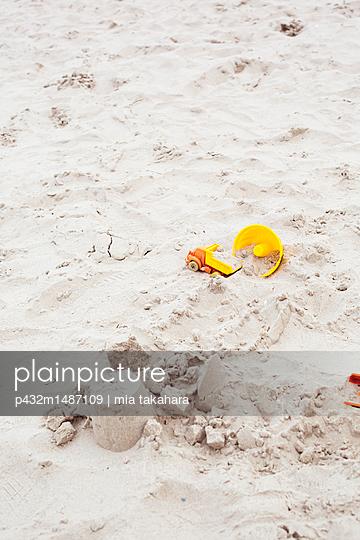 Kinderspielzeug im Sand - p432m1487109 von mia takahara