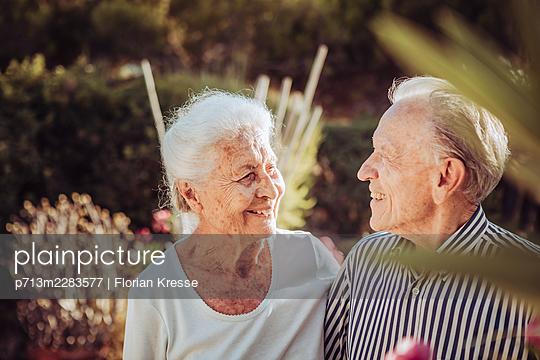 Greece, Senior couple, portrait - p713m2283577 by Florian Kresse