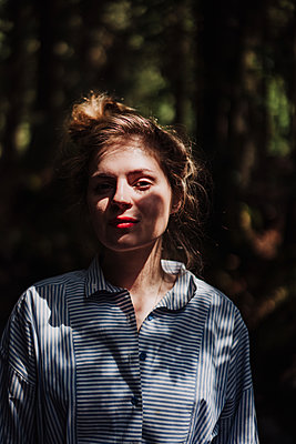 Young woman in the forest - p1184m2065098 by brabanski