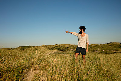 Mann in den Dünen - p1212m1168635 von harry + lidy