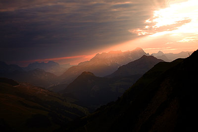 Mountain landscape at sunset - p704m1476184 by Daniel Roos