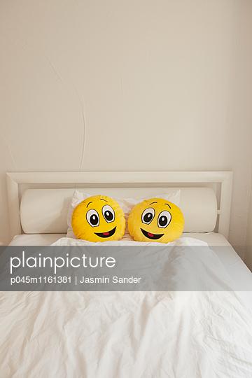 Zwei Smileys im Bett - p045m1161381 von Jasmin Sander