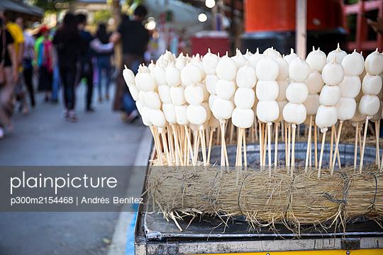 Japan, Kyoto Prefecture, Kyoto City, Mitarashi dango skewers - p300m2154468 by Andrés Benitez