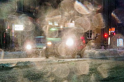 Dichter Schneefall in der Stadt - p1418m1571865 von Jan Håkan Dahlström