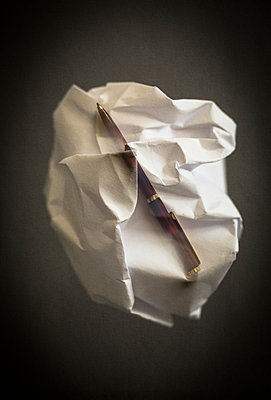 Double exposure of a pen and a crumpled ball of paper : lack of inspiration, no ideas - p1682m2264040 by Régine Heintz