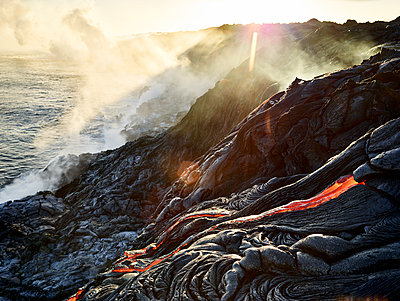 Hawaii, Big Island, Hawai'i Volcanoes National Park, lava flowing into pacfic ocean - p300m1567857 von Christian Vorhofer