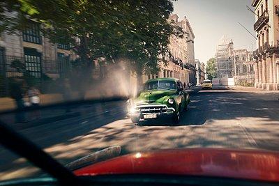 Oldtimer driving through Havana - p1171m1461931 by SimonPuschmann