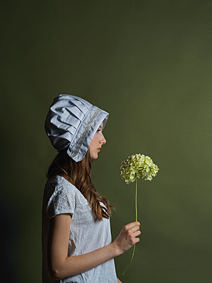 Mädchen in Vintage Outfit - p1376m2110468 von Melanie Haberkorn