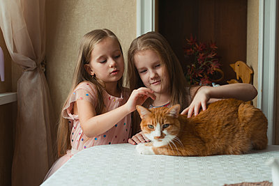 Girls with cat - p1476m2027008 by Yulia Artemyeva