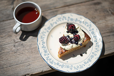 Cake with berries - p1007m2134144 by Tilby Vattard