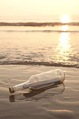 Message in a bottle - p454m1065143 by Lubitz + Dorner