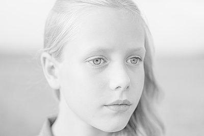 Girl, portrait - p552m2116809 by Leander Hopf