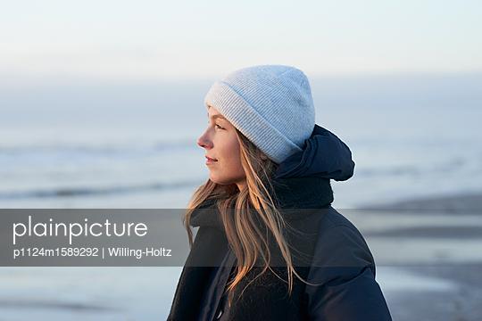 Frau mit Mütze am Meer - p1124m1589292 von Willing-Holtz