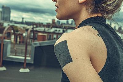 Frau auf Dach in Brooklyn - p1491m1582657 von Jessica Prautzsch