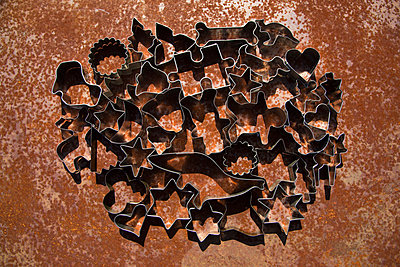High angle close-up of various cookie cutters on table - p301m1535039 by Tobias Titz