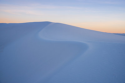 The curve of a sand dune at sunset in White Sands National Park, New Mexico, United States of America, North America - p871m2209768 by Shanna Baker