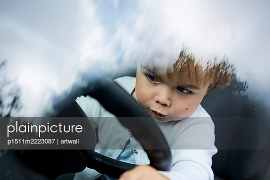 Kleiner Junge im Auto am Lenkrad - p1511m2223087 von artwall