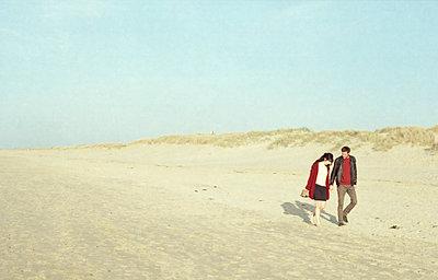 Spaziergang am Strand - p1055m919689 von Joseph Charroy
