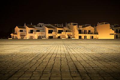 Nachtaufnahme einer Häuserzeile - p171m1461310 von Rolau