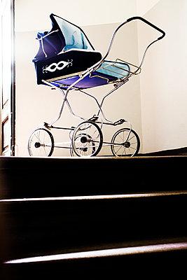 Alter Kinderwagen - p177m953060 von Kirsten Nijhof