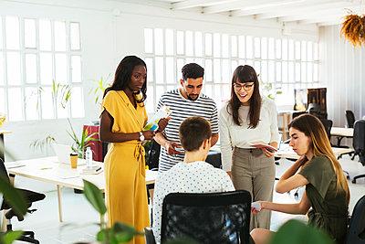 Colleagues discussing in office - p300m1587016 von Bonninstudio