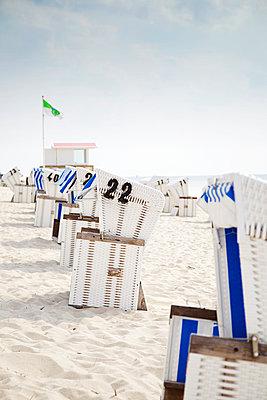Hooded beach chairs - p606m949608 by Iris Friedrich