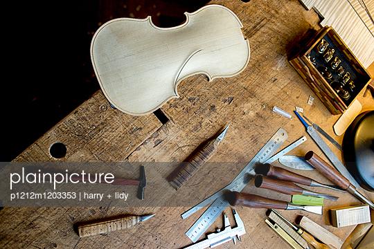 Geigenbau - Draht einlegen in der Geigendecke - p1212m1203353 von harry + lidy
