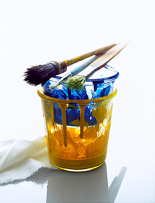 Paint brushes on paint can - p1053m793691 by Joern Rynio