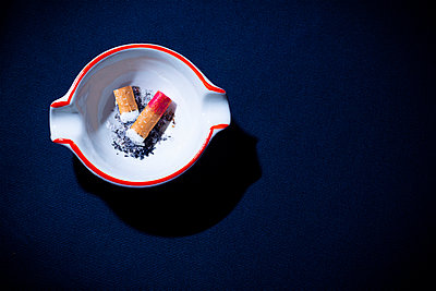 Cigarettes in ashtray - p1149m2284361 by Yvonne Röder