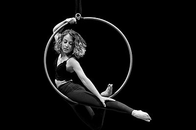 Aerial dancing beauty - p1166m2135974 by Cavan Images