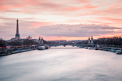 France, Paris, view to Seine River with Pont Alexandre III and the Eiffel Tower in the background at sunset - p300m1549588 by Valentin Weinhäupl