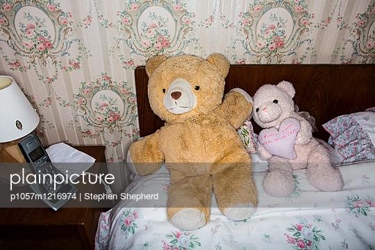 Teddybären auf einem Bett  - p1057m1216974 von Stephen Shepherd
