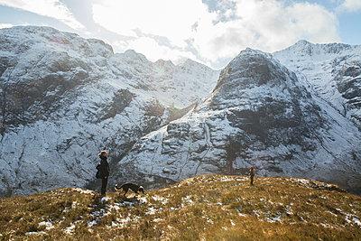 Mann auf Berg  - p1330m1474873 von Caterina Rancho