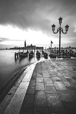 Morgens in Venedig - p1512m2054850 von Katrin Frohns