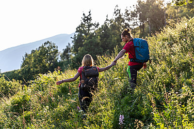 Young couple hiking in mountain meadow - p300m2132306 by 27exp