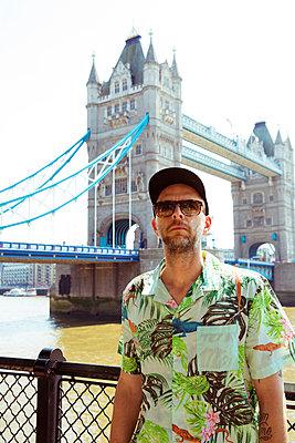 Tourist vor Tower Bridge - p432m1460928 von mia takahara