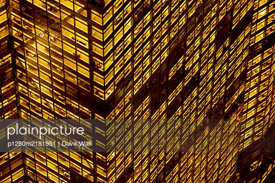 Wolkenkratzer beleuchtet bei Nacht - p1280m2181951 von Dave Wall